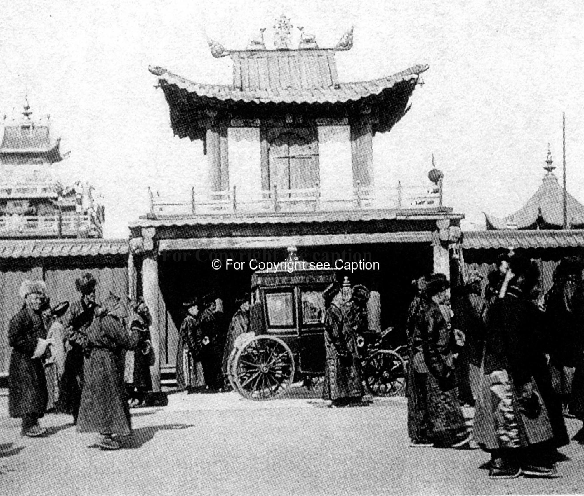 Coach of the Bogd khaan in front of his palace. Lomakina 2006, photo from Z. Kozell-Poklewsky from K